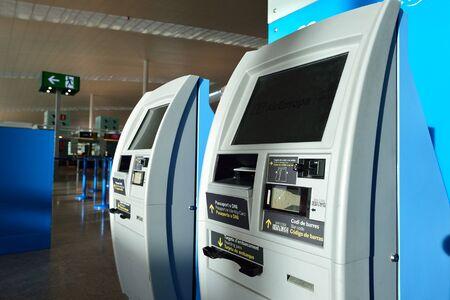 BARCELONA, Spanien - 20. November 2015: Check-in-Automaten in Barcelona Flughafen. Barcelona-El Prat Flughafen ist ein internationaler Flughafen. Es ist der wichtigste Flughafen von Katalonien, der zweitgrößte in Spanien und einer der verkehrsreichsten der Welt