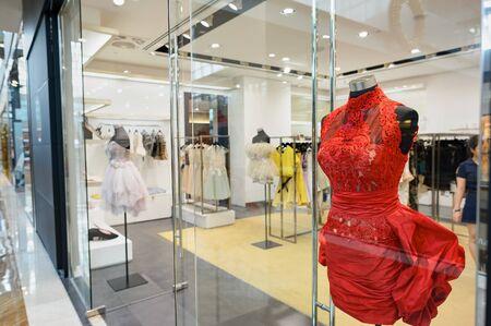 SINGAPUR - 08 listopada 2015: Wnętrze Shoppes w Marina Bay Sands. W Shoppes w Marina Bay Sands jest jednym z największych centrów handlowych w Singapurze luksusowe Publikacyjne