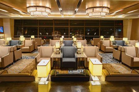 SINGAPUR - 09 de noviembre, 2015: interior de Plaza Premium Lounge. Plaza Premium Lounge es una marca de servicio global con sede en Hong Kong
