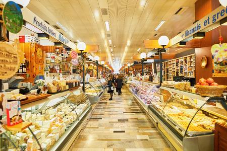 Genève, Zwitserland - 18 november 2015: interieur van La Halle de Rive. Halle de Rive is overdekte markt voor levensmiddelen in Geneve, Zwitserland.