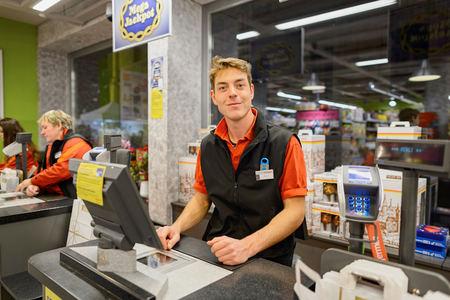 Ginevra, Svizzera - 18 SETTEMBRE 2015: contatore di verifica in Migros supermercato. Migros è la maggiore società di vendita al dettaglio della Svizzera, il suo più grande catena di supermercati e grande datore di lavoro
