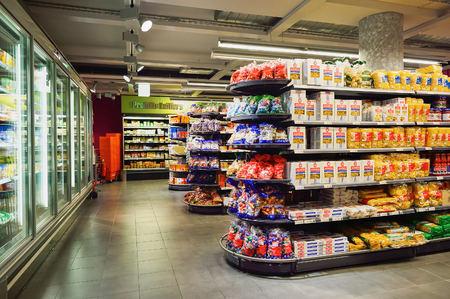 ミグロス スーパー マーケットのジュネーブ, スイス - 2015 年 9 月 18 日: インテリア。Migros はスイスの最大の小売企業、その最大のスーパー マーケッ