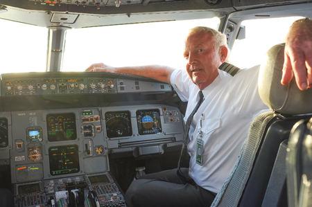シカゴ、アメリカ合衆国 - 2011 年 4 月 13 日: フロンティア航空の航空機のコックピットのパイロット。フロンティア航空は、米国コロラド州デンバーに本社を置くアメリカ合衆国の超低コスト航空です。