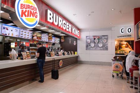 ドバイ、アラブ首長国連邦 - 2015 年 3 月 10 日: BK のレストランのインテリア。バーガー キング、BK としばしば省略されるがハンバーガーのファーストフード店のグローバル チェーンです。