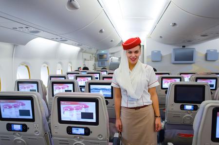 香港 - 2015 年 3 月 10 日: エミレーツ航空エアバス A380 クルー ・ メンバー。エミレーツ航空は、空港での乗客の交通および航空機動きの主要な部分を処理します。