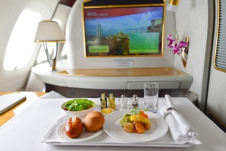 BANGKOK, Tailandia - 31 de marzo, 2015: Emirates Airbus A380 interior. Emirates es una de las dos compañías de bandera de los Emiratos Árabes Unidos, junto con Etihad Airways y está basado en Dubai. Editorial