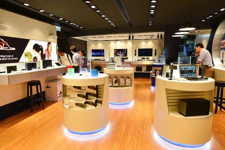 HONG KONG, CHINE - 4 février 2015: shopping intérieure centre. A Hong Kong une large sélection de boutiques de vêtements, les magasins concepteur phares, des restaurants, des spectacles quotidiens et des expositions