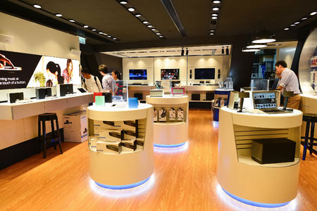 Hong Kong, Chiny - 04 lutego 2015: centrum handlowe wnętrze. W Hong Kongu szeroki wybór butików odzieżowych, projektant flagowych sklepów, restauracji, codziennych pokazów i wystaw
