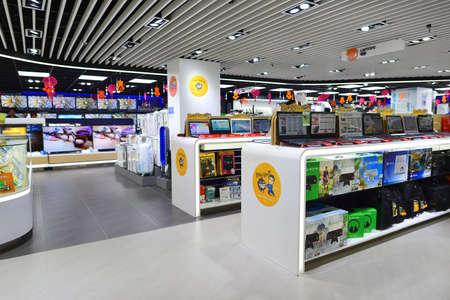 香港, 中国 - 2015 年 2 月 4 日: ショッピング センター インテリア。香港ブティック、デザイナーの旗艦店、レストラン、毎日のショーや展示会の幅広い選択で