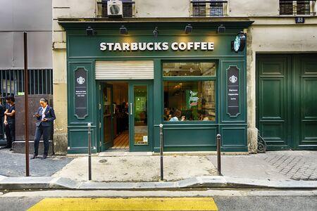 PARIJS - SEPTEMBER 06: Starbucks-koffie buiten op 06 September, 2014 in Parijs, Frankrijk. Parijs, oftewel City of Love, is een populaire reisbestemming en een grote stad in Europa