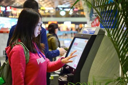 深セン, 中国 - 2015 年 2 月 16 日: 空港のインテリア。深セン宝安国際空港は深圳、広東省宝安区に Huangtian と福永村の近くにあります。