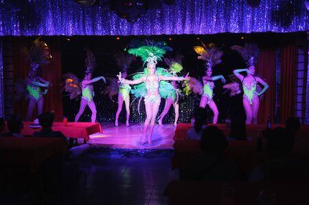 PHUKET, THAILAND - 20 Oktober 2011: Moulin Rose Phuket Cabaret Show. Phuket haben Ruf als Party-Hotspot mit Go-go-Bars, Ladyboy Kabarett-Shows, Diskotheken und Clubs.