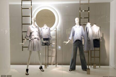 HONG KONG - 05 MAI 2015: intérieur de la boutique Zara. Zara est un détaillant espagnol de vêtements et accessoires basé à Arteixo, Galicia, et fondé en 1975 par Amancio Ortega et Rosalía Mera