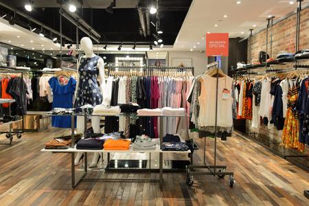 HONG KONG - 5. Mai 2015: Hong Kong Einkaufszentrum Innenraum. Hong Kong Einkaufszentren sind einige der größten und eindrucksvollsten in der Welt Editorial