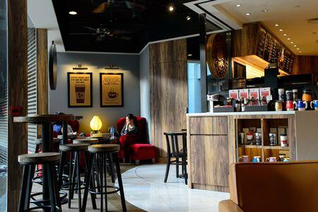 HONG KONG - JUNI 03, 2015: Het vreedzame binnenland van de Koffiekoffie. Pacific Coffee Company is een Amerikaanse koffiestafgroep uit de Pacific Northwest in de VS met een aantal verkooppunten in China, Singapore en Maleisië