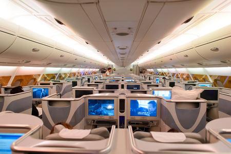 香港 - 2015 年 6 月 18 日: エミレーツ航空エアバス A380 のビジネス クラスのインテリア。エミレーツ航空エティハド航空と共にアメリカ アラブ首長国連邦の 2 つのフラグ キャリアであるし、ドバイを拠点します。