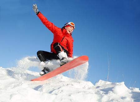 Junge Frau nehmen Spaß auf dem Snowboard Standard-Bild - 56152879