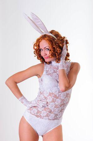 Beauté jeune femme en lingerie blanche posant en studio, isolé sur blanc