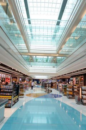 DUBAI, Emiratos Árabes Unidos - 31 de marzo: zona libre de impuestos en el aeropuerto el 31 de marzo de 2014 en Dubai. El aeropuerto internacional de Dubai es un aeropuerto internacional que sirve Dubai. Es un importante centro de aerolíneas en el Medio Oriente, y es el principal aeropuerto de Dubai.