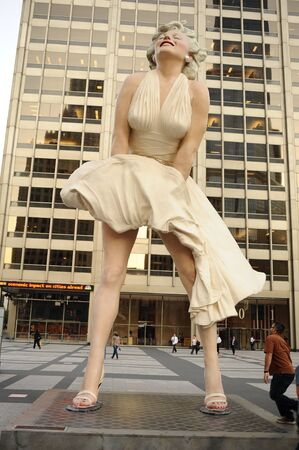 """CHICAGO, USA - OCT 06: statue of Marilyn Monroe in Chicago on October 06, 2011 in Chicago, USA. Created by artist Seward Johnson, statue is based around Monroe's iconic """"Seven Year Itch"""" subway grate moment. Redakční"""