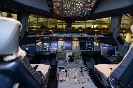 interno della cabina di guida jet aerei moderni Editoriali