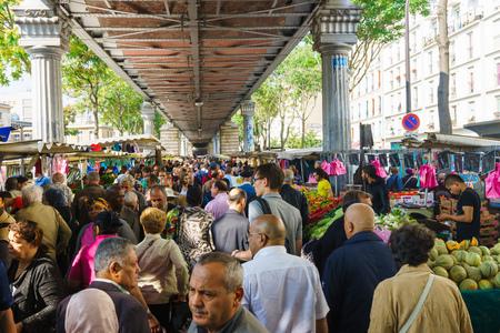 PARIJS - 10 SEP: voedsel straatmarkt op 10 september 2014 in Parijs, Frankrijk. De straatmarkten van Parijs zijn fantastische middelen en vaak erg mooi en sfeervol. Redactioneel