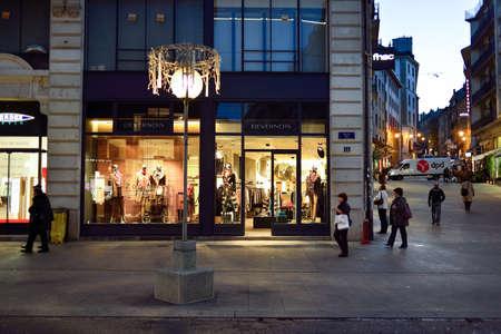 Genève, Zwitserland - 18 november 2015: straten van Genève 's nachts. Genève is een wereldstad, een financieel centrum, en wereldwijd centrum voor diplomatie door de aanwezigheid van een groot aantal internationale organisaties.