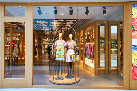 HONG KONG - 26 stycznia 2016: Sklepowa od Moschino sklepu w centrum handlowym Elements. Elementy jest duże centrum handlowe znajduje się 1 Austin Road West, Tsim Sha Tsui, Kowloon, Hong Kong