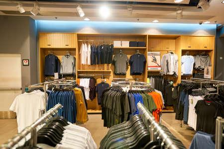 HONG KONG - 26. Januar 2016: innerhalb der H & M-Filiale in Elements Shopping Mall. H & M ist ein schwedischer multinationalen Einzelhandel-Bekleidungsunternehmen, das für seine Fast-Mode-Kleidung bekannt für Männer, Frauen, Jugendliche und Kinder. Editorial