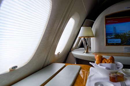 ドバイ、アラブ首長国連邦 - 2015 年 3 月 31 日: エミレーツ航空エアバス A380 のインテリア。エミレーツ航空エティハド航空と共にアメリカ アラブ首長国連邦の 2 つのフラグ キャリアであるし、ドバイを拠点します。