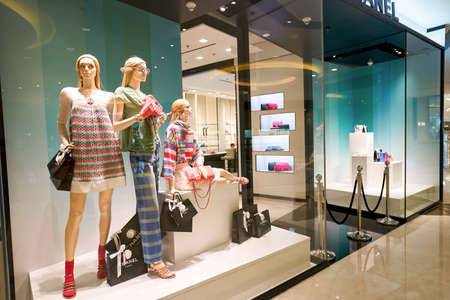 HONG KONG - 27 stycznia 2016: Sklepowa sklepu w centrum handlowym Elements. Elementy jest duże centrum handlowe znajduje się 1 Austin Road West, Tsim Sha Tsui, Kowloon, Hong Kong