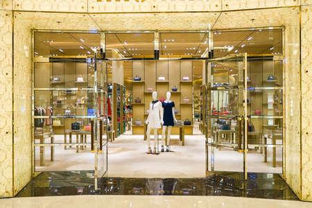 HONG KONG - 27 stycznia 2016: Wnętrze Miu Miu w sklepie Elements handlowego. Miu Miu to włoska wysokiej mody odzieży i akcesoriów marki dla kobiet i zależna od Prady. Publikacyjne