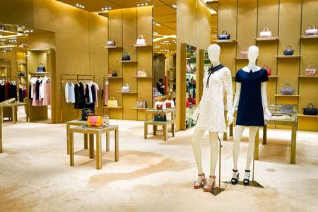 HONG KONG - 27. Januar 2016: Innere von Miu Miu Speicher bei Elements Shopping Mall. Miu Miu ist ein italienisches High Fashion Damenbekleidung und Zubehör Marke und eine Tochtergesellschaft von Prada.