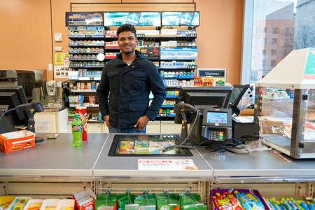 NEW YORK - CIRCA März 2016: Arbeiter bei 7-Eleven-Shop. 7-Eleven (7-11) ist eine internationale Kette von Convenience Stores mit Hauptsitz in der amerikanischen Stadt Dallas, Texas.