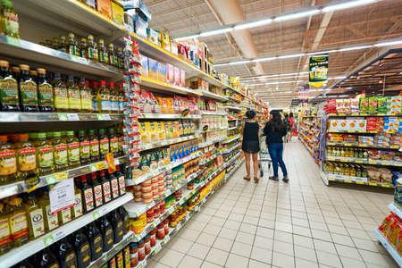 파타야, 태국 - 년경 월 2016 : 빅 C 엑스트라 대형 슈퍼마켓 내부. 그것은 빅 C 슈퍼 센터보다 프리미엄 신선하고 건조 식품, 수입 제품, 와인의 넓은 범위