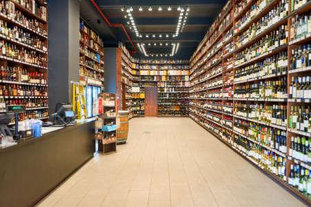 NEW YORK - CIRCA MÄRZ 2016: Innerhalb des Epic Spirits Store in Manhatten. Ein Spirituosenladen ist ein Einzelhandelsgeschäft, der vorverpackte alkoholische Getränke verkauft