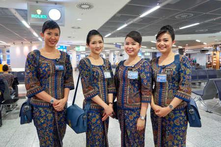 프랑크푸르트, 독일 -2011 년 4 월 7 일 : 프랑크푸르트 공항에서 싱가포르 항공 A380의 승무원 회원. 프랑크푸르트 공항은 프랑크푸르트에 위치한 주요 국제 공항이며 루프트 한자의 주요 허브입니다.