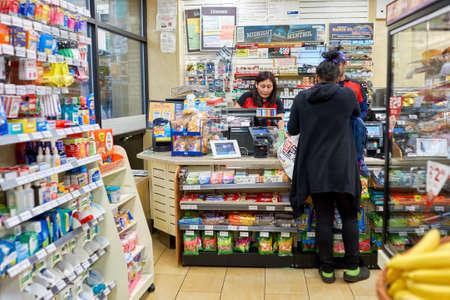 NEW YORK - CIRCA maart 2016: binnenkant van 7-Eleven winkel. 7-Eleven (7-11) is een internationale keten van gemakswinkels, met het hoofdkantoor in de Amerikaanse stad Dallas, Texas. Stockfoto - 63098122