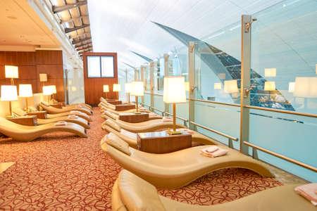 DUBAI, Emirati Arabi Uniti - CIRCA aprile 2016: interno della Emirates business class lounge. Emirates è la più grande compagnia aerea del Medio Oriente. Si tratta di una compagnia aerea con sede a Dubai, Emirati Arabi Uniti. Editoriali