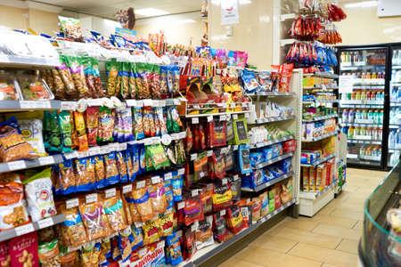 NEW YORK - CIRCA März 2016: innerhalb von 7-Eleven-Shop. 7-Eleven (7-11) ist eine internationale Kette von Convenience-Stores mit Sitz in der amerikanischen Stadt Dallas, Texas.