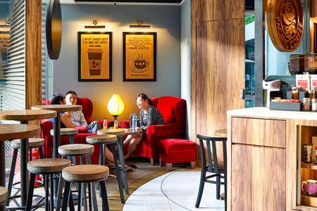 HONG KONG - 3. Juni 2015: Pacific Coffee cafe interior. Pacific Coffee Company ist ein Pacific Northwest US- Stil Gruppe Coffee-Shop stammen aus Hong Kong, mit ein paar Filialen in China, Singapur und Malaysia