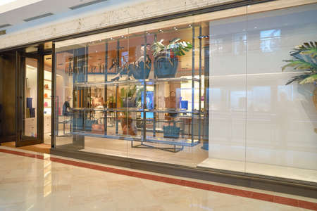 Kuala Lumpur, Malezja - 09 maja 2016: Wnętrze Suria KLCC. Suria KLCC jest centrum handlowe znajduje się w dzielnicy Kuala Lumpur City Centre. Jest w pobliżu punkt orientacyjny Petronas Towers. Publikacyjne