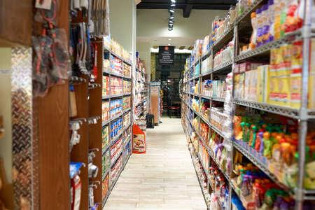 NEW YORK - CIRCA MARS 2016: à l'intérieur un magasin d'alimentation à Brooklyn. Brooklyn est le plus peuplé des cinq arrondissements de New York.