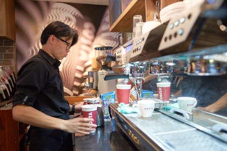 深セン, 中国 - 5 月、2016 年頃: コスタリカ コーヒーのバリスタ。コスタリカのコーヒーは、イギリスの多国籍喫茶店会社です。スターバックスの背 報道画像