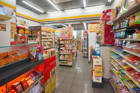Macao, China - 17 februari 2016: binnenland van 7-Eleven winkel in Macao. 7-Eleven is een internationale keten van gemakswinkels. Stockfoto - 63347334
