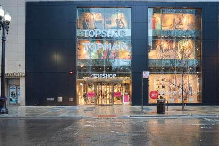 CHICAGO, IL - 24 maart 2016: ingang van de Topshop-winkel. Topshop is een Britse multinationale modedetailhandelaar van kleding, schoenen, make-up en accessoires.
