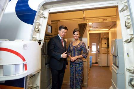 싱가포르 -2006 년 9 월 9 일 : 싱가포르 항공 승무원 보잉 777에 탑승. 싱가포르 항공 Limited는 창이 공항에서 허브에서 운영하는 싱가포르의 플래그 캐리어입니다.