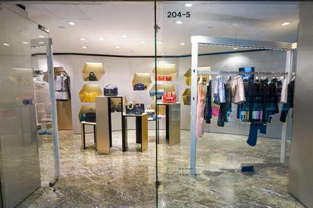 HONG KONG - OKOŁO stycznia, 2016: wewnątrz punktu orientacyjnego. Landmark jest inwestycja biurowa i handlowa należąca Hongkong Grunty in Central, Hong Kong.