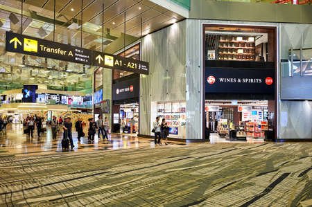 SINGAPUR - CIRCA NOVEMBER 2015: innerhalb von Singapore Changi Airport. Changi Airport ist der wichtigste zivile Flughafen für Singapur und einer der größten Verkehrsknotenpunkte in Südostasien.