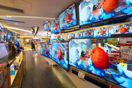 HONG KONG - alrededor de enero de 2016: una tienda de electrónica en el centro comercial en Hong Kong. Ir de compras es una actividad social muy popular en Hong Kong. Editorial